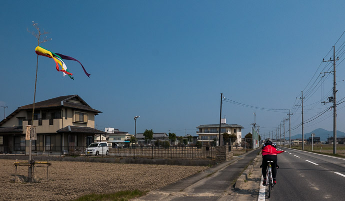 A Bit Windy but we kept up a steady 30kph (19 mph) on the long flat ride to get there -- Yasu, Shiga, Japan -- Copyright 2017 Jeffrey Friedl, http://regex.info/blog/