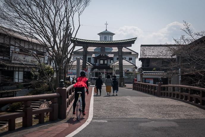 Bridge with a View -- Hachimanyama Ropeway Zen Bus Stop -- Omihachiman, Shiga, Japan -- Copyright 2017 Jeffrey Friedl, http://regex.info/blog/
