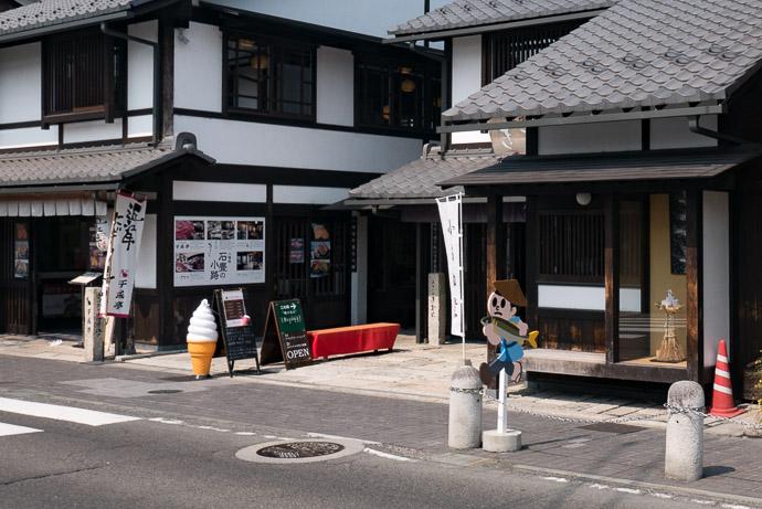 Another Cute Tobidashi-kun -- Hachimanyama Ropeway Zen Bus Stop -- Omihachiman, Shiga, Japan -- Copyright 2017 Jeffrey Friedl, http://regex.info/blog/
