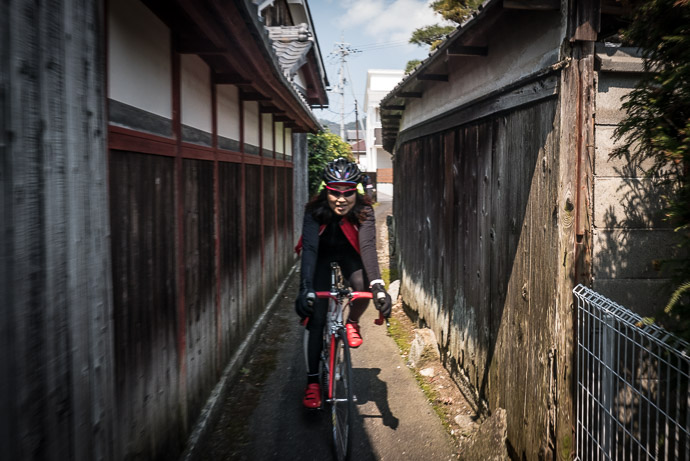 Narrow Alley -- Omihachiman, Shiga, Japan -- Copyright 2017 Jeffrey Friedl, http://regex.info/blog/