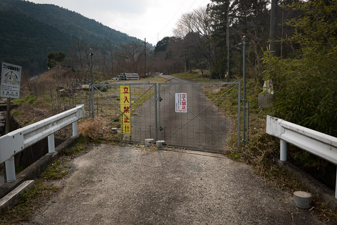 "But Not This Way Sigh. I've since added the "" no access "" gate to OpenStreetMap -- Higashiomi, Shiga, Japan -- Copyright 2017 Jeffrey Friedl, http://regex.info/blog/ -- This photo is licensed to the public under the Creative Commons Attribution-NonCommercial 4.0 International License http://creativecommons.org/licenses/by-nc/4.0/ (non-commercial use is freely allowed if proper attribution is given, including a link back to this page on http://regex.info/ when used online)"