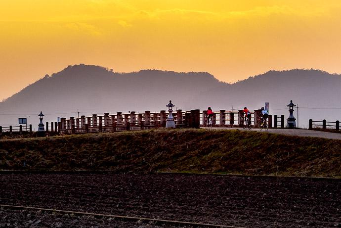 Returning Home into the setting sun -- Omihachiman, Shiga, Japan -- Copyright 2017 Jeffrey Friedl, http://regex.info/blog/