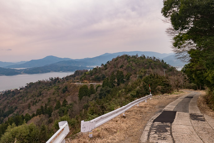 Pitching Down to the scenic-view spot 3:52 PM (from start: 7h 53m / 154 km / 95.5 miles) -- Miyazu, Kyoto, Japan -- Copyright 2017 Jeffrey Friedl, http://regex.info/blog/