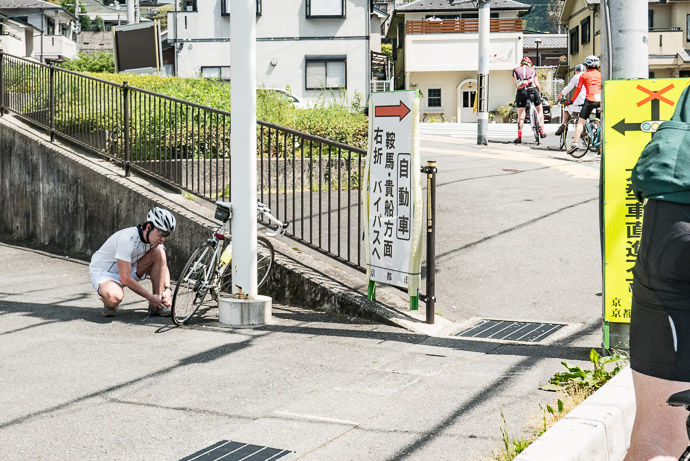 "Wow this "" cyclist "" was puffing on a cigarette, and had his ears plugged with earphones -- Ichihara Lawsons (ローソン 静市市原) -- Kyoto, Japan -- Copyright 2017 Jeffrey Friedl, http://regex.info/blog/"