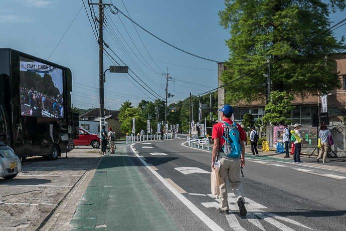 Starting Area quiet, an hour and a half before the start -- 大阪府道・京都府道71号枚方山城線 -- Kyotanabe, Kyoto, Japan -- Copyright 2017 Jeffrey Friedl, http://regex.info/blog/
