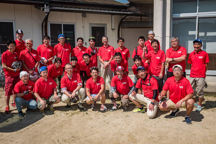 Volunteer Group with our leader, Koshi Hosokawa, standing rear center -- 大阪府道・京都府道71号枚方山城線 -- Kyotanabe, Kyoto, Japan -- Copyright 2017 Jeffrey Friedl, http://regex.info/blog/