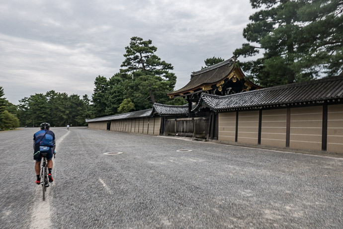 Shortcut across the grounds of the Kyoto Imperial Palace (京都御所) -- Kyoto Imperial Palace (京都御所) -- Kyoto, Japan -- Copyright 2017 Jeffrey Friedl, http://regex.info/blog/
