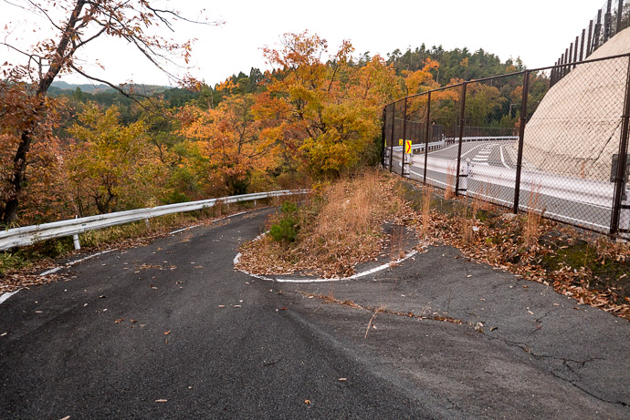 Old Hairpin splitting from the modern replacement -- Kyoto, Japan -- Copyright 2017 Jeffrey Friedl, http://regex.info/blog/ -- This photo is licensed to the public under the Creative Commons Attribution-NonCommercial 4.0 International License http://creativecommons.org/licenses/by-nc/4.0/ (non-commercial use is freely allowed if proper attribution is given, including a link back to this page on http://regex.info/ when used online)