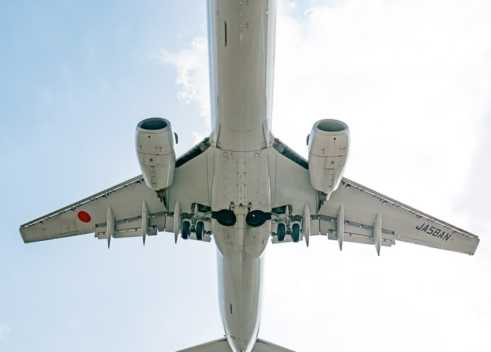 Up Close and Personal a Boeing 737 lands at Osaka Itami Airport (伊丹空港) -- Itami Airport (伊丹空港) -- Toyonaka, Osaka, Japan -- Copyright 2018 Jeffrey Friedl, http://regex.info/blog/ -- This photo is licensed to the public under the Creative Commons Attribution-NonCommercial 4.0 International License http://creativecommons.org/licenses/by-nc/4.0/ (non-commercial use is freely allowed if proper attribution is given, including a link back to this page on http://regex.info/ when used online)