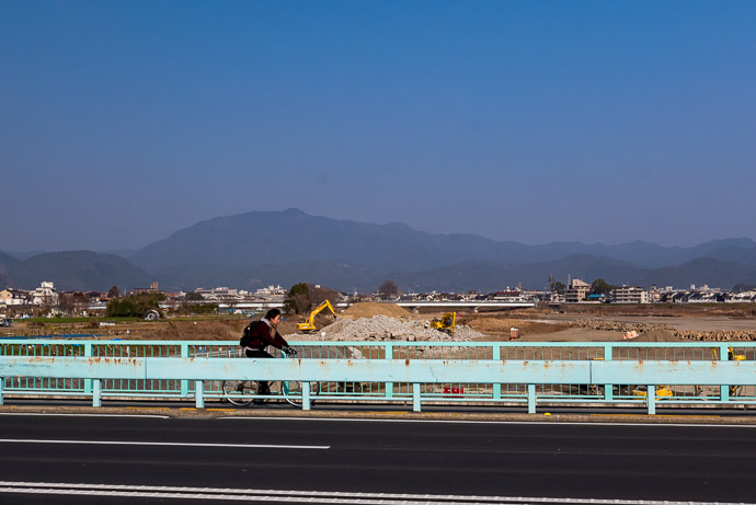 The Weather was Lovely (though I can't say the same for the quick snaps I took to try to capture the lovely day) -- Nishio Bridge -- Kyoto, Japan -- Copyright 2018 Jeffrey Friedl, http://regex.info/blog/
