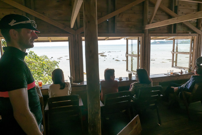 Cafe with a View but no seats above, so we went down to the beach -- 1392 -- Nanjo, Okinawa, Japan -- Copyright 2018 Jeffrey Friedl, http://regex.info/blog/