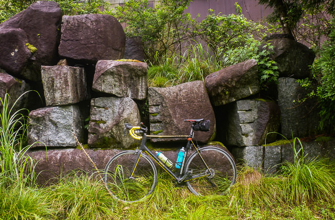 Big Hunks of Granite in front of a dilapidated barn -- Kyoto, Japan -- Copyright 2016 Jeffrey Friedl, http://regex.info/blog/