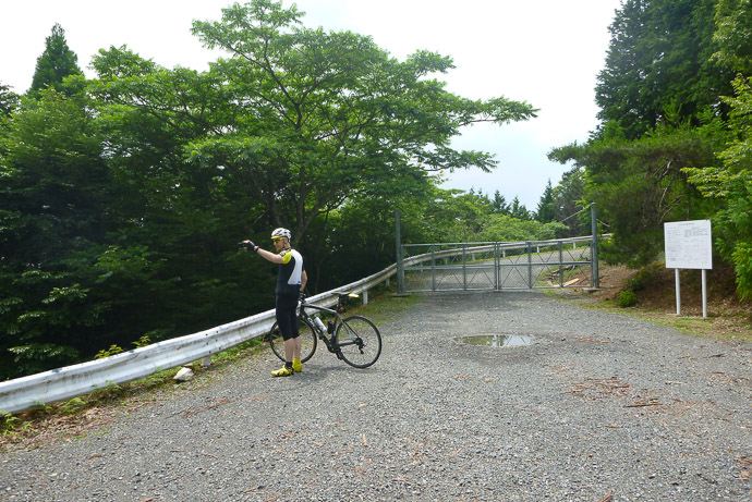 At The Pass where the public road crosses a pseudo -private forestry road -- Kyoto, Japan -- Copyright 2016 Jeffrey Friedl, http://regex.info/blog/