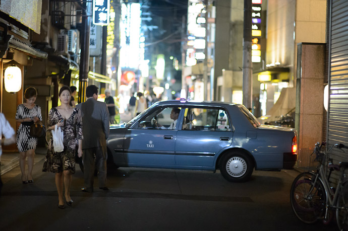Typical Gion just past midnight  --  Kyoto, Japan  --  Copyright 2012 Jeffrey Friedl, http://regex.info/blog/