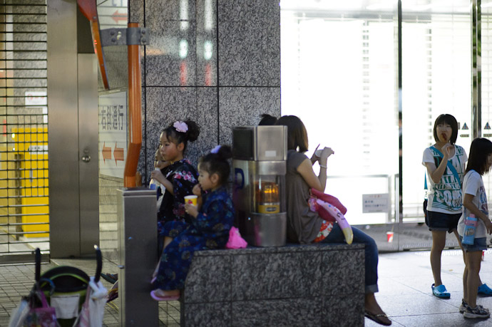 Sitting Wherever You Can Find a Seat  --  Kyoto, Japan  --  Copyright 2012 Jeffrey Friedl, http://regex.info/blog/
