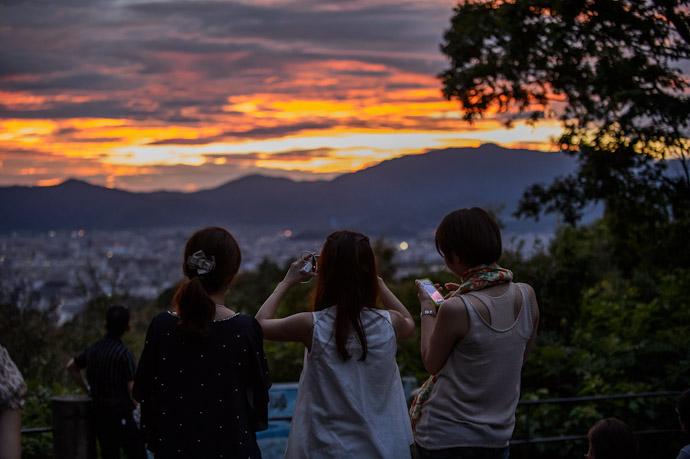 Gathered Crowd  --  Shogunzuka (将軍塚)  --  Kyoto, Japan  --  Copyright 2012 Jeffrey Friedl, http://regex.info/blog/