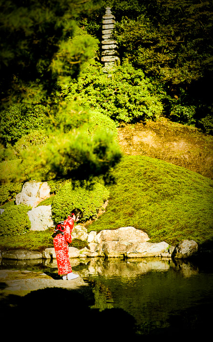 desktop background image of a Japanese child in a kimono at a lake in a temple garden, at the Shoren-in Temple (青蓮院), Kyoto Japan   --  Checking Out the Lake  --  Shoren'in Temple (青蓮院)  --  Copyright 2012 Jeffrey Friedl, http://regex.info/blog/