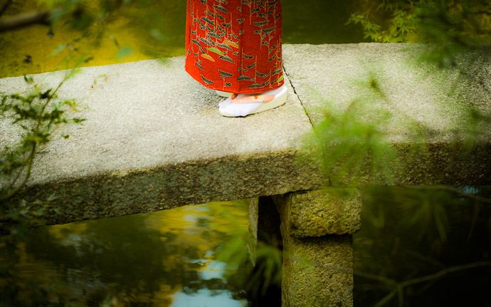 desktop background image of the feet of a kimono-clad girl on a bridge at the Shoren-in Temple (青蓮院), Kyoto Japan  --  Ornamental Bridge at the Shoren'in Temple (青蓮院), Kyoto Japan  --  Shoren'in Temple (青蓮院)  --  Copyright 2012 Jeffrey Friedl, http://regex.info/blog/  --  This photo is licensed to the public under the Creative Commons Attribution-NonCommercial 3.0 Unported License http://creativecommons.org/licenses/by-nc/3.0/ (non-commercial use is freely allowed if proper attribution is given, including a link back to this page on http://regex.info/ when used online)