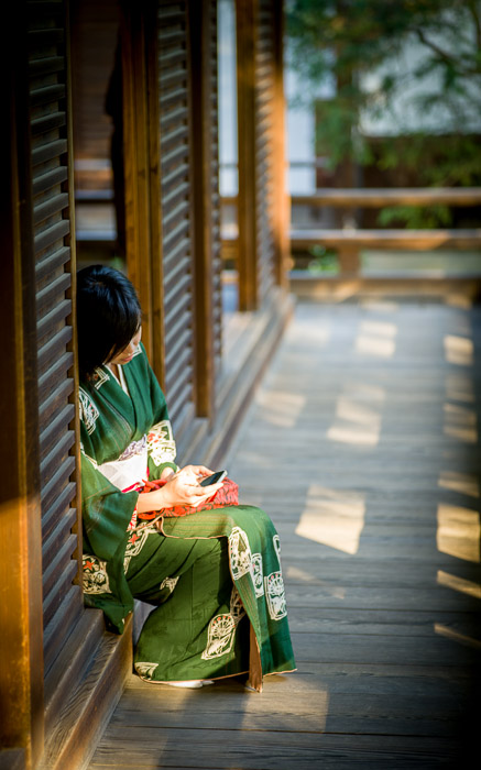 desktop background image of a Japanese woman in kimono in a temple, screnenly checking email on her iPhone  --  Checking Email with style  --  Shoren'in Temple (青蓮院)  --  Kyoto, Japan  --  Copyright 2012 Jeffrey Friedl, http://regex.info/blog/
