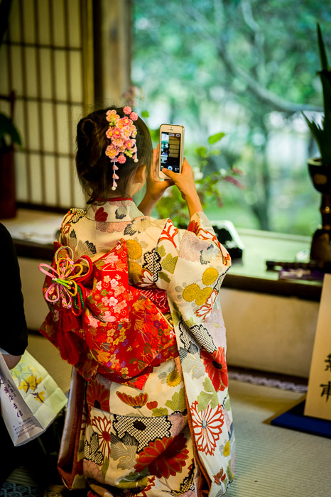 Photo Opp by a very young kid in full-on kimono  --  Shoren'in Temple (青蓮院)  --  Kyoto, Japan  --  Copyright 2012 Jeffrey Friedl, http://regex.info/blog/