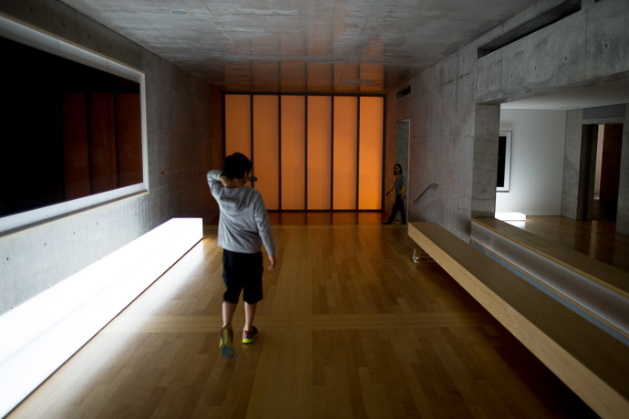 Looking for the Lounge  --  Benesse House  --  Naoshima, Kagawa, Japan  --  Copyright 2012 Jeffrey Friedl, http://regex.info/blog/