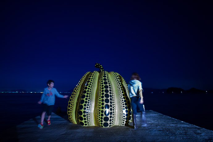 Hide and Seek at the Big Squash  --  Benesse House  --  Naoshima, Kagawa, Japan  --  Copyright 2012 Jeffrey Friedl, http://regex.info/blog/