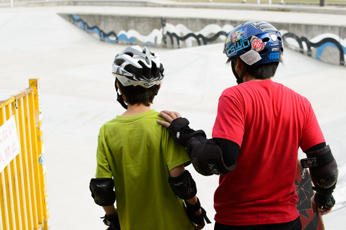 Nov 4 Taking Under Wing Hiuchigata Skateboard Park (火打形公園 スケートボードパーク), Kyoto Japan Anthony and Mr. M moments after meeting for the first time  --  Hiuchigata Skateboard Park (火打形公園スケートボードパーク)  --  Copyright 2012 Jeffrey Friedl, http://regex.info/blog/  --  This photo is licensed to the public under the Creative Commons Attribution-NonCommercial 3.0 Unported License http://creativecommons.org/licenses/by-nc/3.0/ (non-commercial use is freely allowed if proper attribution is given, including a link back to this page on http://regex.info/ when used online)