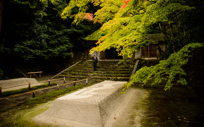 desktop background image of the entrance path at the Honen -- Checking Mail -- Honen'in Temple (法然院) -- Kyoto, Japan -- Copyright 2012 Jeffrey Friedl, http://regex.info/blog/ -- This photo is licensed to the public under the Creative Commons Attribution-NonCommercial 3.0 Unported License http://creativecommons.org/licenses/by-nc/3.0/ (non-commercial use is freely allowed if proper attribution is given, including a link back to this page on http://regex.info/ when used online)