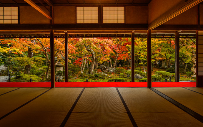 desktop background image of the garden and the garden-viewing-room at the Enkouji Temple (圓光寺), Kyoto Japan  --  Garden Viewing Room at the Enkouji Temple, Kyoto Japan 圓光寺(京都市)、紅葉最中、人なし。  --  Enkouji Temple (圓光寺)  --  Copyright 2012 Jeffrey Friedl, http://regex.info/blog/