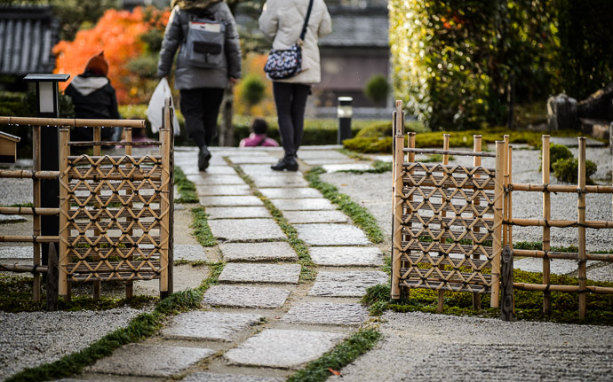 desktop background image of gate and path at the entrance to the Enkouji Temple (圓光寺), Kyoto Japan -- Heading Home -- Enkouji Temple (圓光寺) -- Copyright 2012 Jeffrey Friedl, http://regex.info/blog/ -- This photo is licensed to the public under the Creative Commons Attribution-NonCommercial 3.0 Unported License http://creativecommons.org/licenses/by-nc/3.0/ (non-commercial use is freely allowed if proper attribution is given, including a link back to this page on http://regex.info/ when used online)