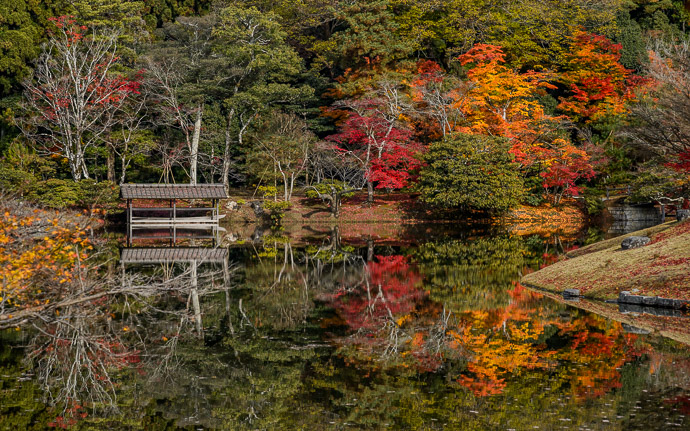 desktop background image of the boat on the lake at the Shugakuin Imperial Villa (修学院離宮) in autumn, in Kyoto Japan -- Shugakuin Imperial Villa (修学院離宮) -- Copyright 2012 Jeffrey Friedl, http://regex.info/blog/ -- This photo is licensed to the public under the Creative Commons Attribution-NonCommercial 4.0 International License http://creativecommons.org/licenses/by-nc/4.0/ (non-commercial use is freely allowed if proper attribution is given, including a link back to this page on http://regex.info/ when used online)