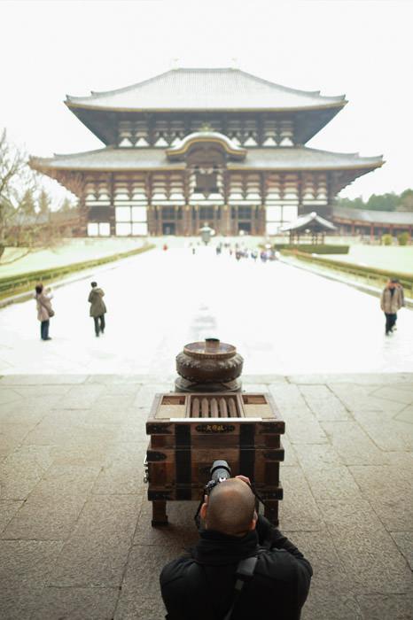 Aeron and Incense Burner -- Todaiji (東大寺) -- Nara, Japan -- Copyright 2012 Jeffrey Friedl, http://regex.info/blog/