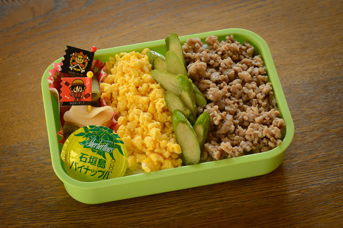 Bento for a Big Boy rice, minced beef, egg, asparagus, nama yatsuhashi , jelly snack -- Kyoto, Japan -- Copyright 2013 Jeffrey Friedl, http://regex.info/blog/