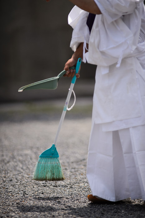 """Cleanup in Aisle Three"" -- Aoi Matsuri, at the Kyoto Imperial Palace Park ( Kyoto Gosho ) (葵祭、京都御所) -- Kyoto, Japan -- Copyright 2013 Jeffrey Friedl, http://regex.info/blog/ -- This photo is licensed to the public under the Creative Commons Attribution-NonCommercial 3.0 Unported License http://creativecommons.org/licenses/by-nc/3.0/ (non-commercial use is freely allowed if proper attribution is given, including a link back to this page on http://regex.info/ when used online)"