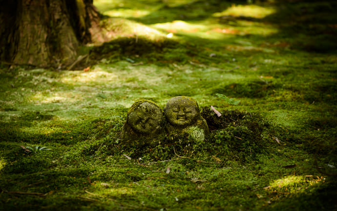 desktop background image of smiling stone figures at the Sanzen-in Temple, Kyoto Japan (三千院、京都市) -- Serene Slumber -- Sanzen-in Temple (三千院) -- Copyright 2013 Jeffrey Friedl, http://regex.info/blog/ -- This photo is licensed to the public under the Creative Commons Attribution-NonCommercial 3.0 Unported License http://creativecommons.org/licenses/by-nc/3.0/ (non-commercial use is freely allowed if proper attribution is given, including a link back to this page on http://regex.info/ when used online)