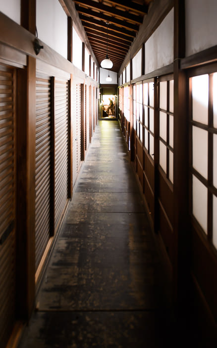 desktop background image of a back passage at the Shoren-in Temple (青蓮院), Kyoto Japan -- Passages -- Shoren'in Temple (青蓮院) -- Copyright 2013 Jeffrey Friedl, http://regex.info/blog/
