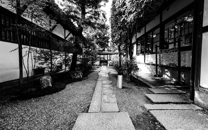 desktop background image of an external side passage the Shoren-in Temple (青蓮院), Kyoto Japan -- Side Passage -- Shoren'in Temple (青蓮院) -- Copyright 2013 Jeffrey Friedl, http://regex.info/blog/