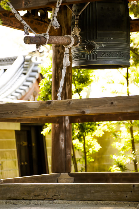 Bell with a suspended log for a striker -- Shoren'in Temple (青蓮院) -- Kyoto, Japan -- Copyright 2013 Jeffrey Friedl, http://regex.info/blog/