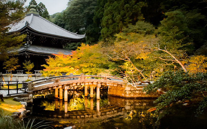 a picturesque bridge at the Chion'in Temple in Kyoto Japan (知恩院)