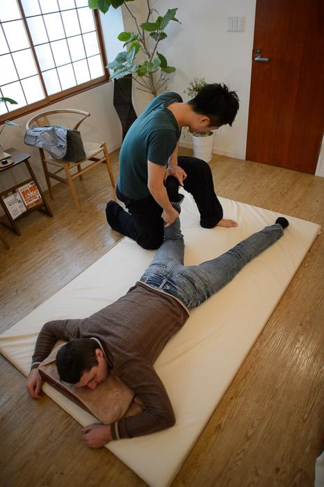 Working the Calf 片岡健太郎の治療院 -- Kyoto, Japan -- Copyright 2013 Jeffrey Friedl, http://regex.info/blog/