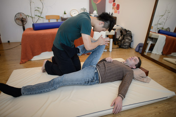 Controlled Stretch -- 片岡健太郎の治療院 -- Kyoto, Japan -- Copyright 2013 Jeffrey Friedl, http://regex.info/blog/