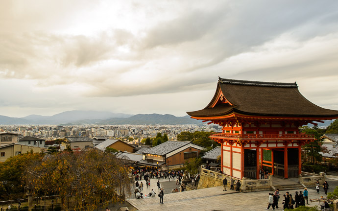 desktop background image of a view from the Kiyomizu Temple (清水寺), Kyoto Japan -- Looking Back to the Entrance Gate of the Kiyomizu Temple (清水寺) -- Kiyomizu Temple (清水寺) -- Copyright 2013 Jeffrey Friedl, http://regex.info/blog/