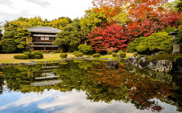 desktop background image of the main garden of the Seifuso Villa (清風荘), Kyoto Japan -- Behind the Seifuso Villa 清風荘 · Kyoto, Japan -- Seifuso Villa (清風荘) -- Copyright 2013 Jeffrey Friedl, http://regex.info/blog/ -- This photo is licensed to the public under the Creative Commons Attribution-NonCommercial 4.0 International License http://creativecommons.org/licenses/by-nc/4.0/ (non-commercial use is freely allowed if proper attribution is given, including a link back to this page on http://regex.info/ when used online)