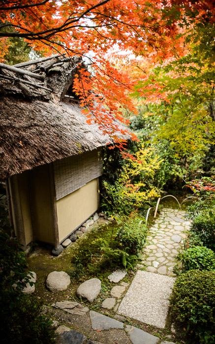 desktop background image of fall-foliage scenes at the Enrian Temple (厭離庵) in Kyoto Japan -- Outlying Building -- Enrian Temple (厭離庵) -- Copyright 2013 Jeffrey Friedl, http://regex.info/blog/ -- This photo is licensed to the public under the Creative Commons Attribution-NonCommercial 3.0 Unported License http://creativecommons.org/licenses/by-nc/3.0/ (non-commercial use is freely allowed if proper attribution is given, including a link back to this page on http://regex.info/ when used online)