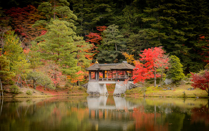 desktop background image of an autumn scene at the Shugakuin Imperial Villa (修学院離宮) in Kyoto Japan -- Shugakuin Imperial Villa (修学院離宮) -- Copyright 2013 Jeffrey Friedl, http://regex.info/blog/ -- This photo is licensed to the public under the Creative Commons Attribution-NonCommercial 4.0 International License http://creativecommons.org/licenses/by-nc/4.0/ (non-commercial use is freely allowed if proper attribution is given, including a link back to this page on http://regex.info/ when used online)