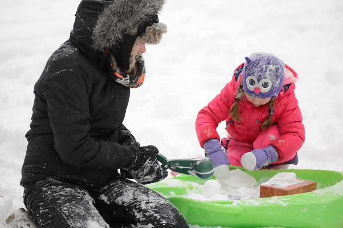 Making Snowballs with Mommy -- Copyright 2014 Jeffrey Friedl, http://regex.info/blog/