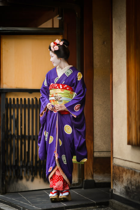 Posing There... -- Gion -- Kyoto, Japan -- Copyright 2014 Jeffrey Friedl, http://regex.info/blog/