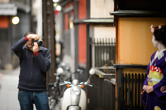 Posing for Zak -- Gion -- Kyoto, Japan -- Copyright 2014 Jeffrey Friedl, http://regex.info/blog/