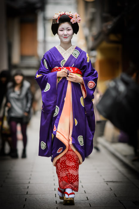 Quite Tall especially with those shoes -- Gion -- Kyoto, Japan -- Copyright 2014 Jeffrey Friedl, http://regex.info/blog/