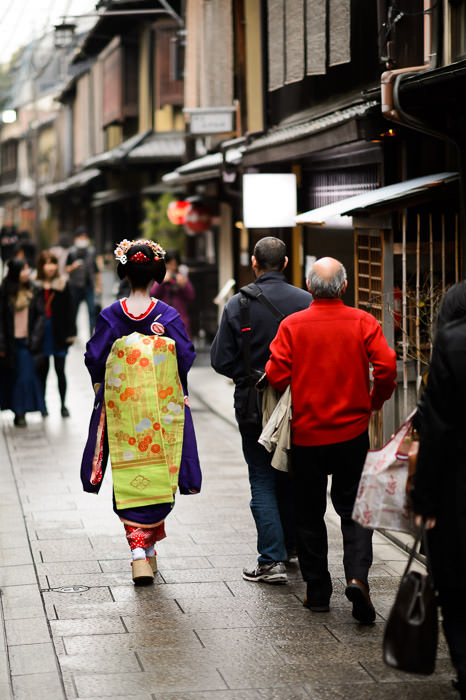 Strolling in Old Kyoto -- Gion -- Kyoto, Japan -- Copyright 2014 Jeffrey Friedl, http://regex.info/blog/